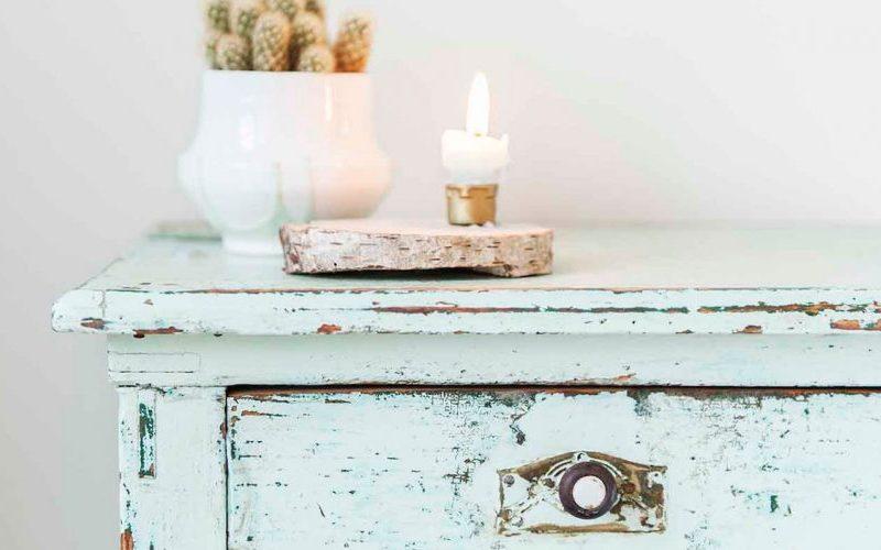 Voorbeeld van een persoonlijk interieurstuk, een oud en verweerd kastje in een mooie kleur blauwgroen, met zelfgemaakte kaarsenstandaard en handgemaakt bloempot van geglazuurd aardewerk.