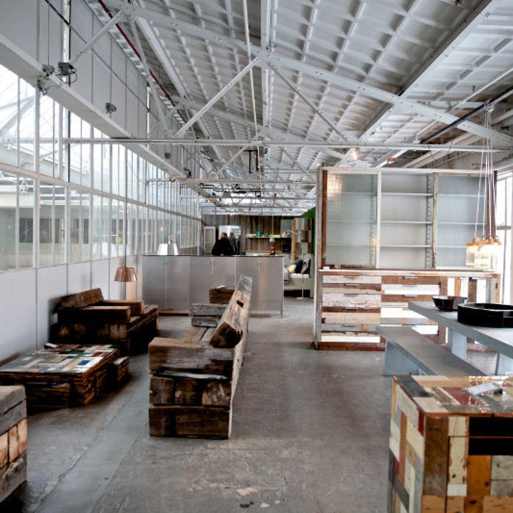 sloophout tafel. sloophouten banken en stoelen, piet hein eek, meubelshoowroom, eindhoven, sustainable, circulair, duurzaam, interieur, hergebruik