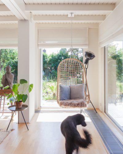 Interieur-woning-Huissen-rotan-hangstoel