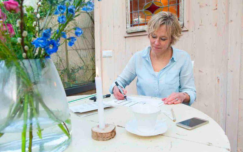 Duurzaam wonen met interieurontwerp van interieur gemaakt in mijn designstudio in upcycled tuinhuis