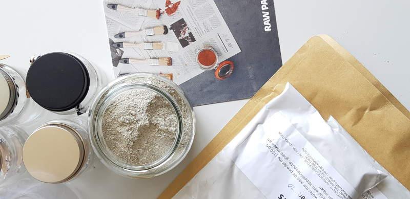 Verfmonsters van duurzame verf, Raw Paints, bestaande uit mineralen en duurzame grondstoffen
