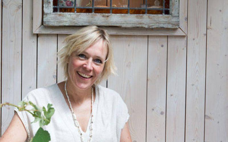 Duurzaam Interieurontwerper Jantien Broere in upcycled tuinhuis