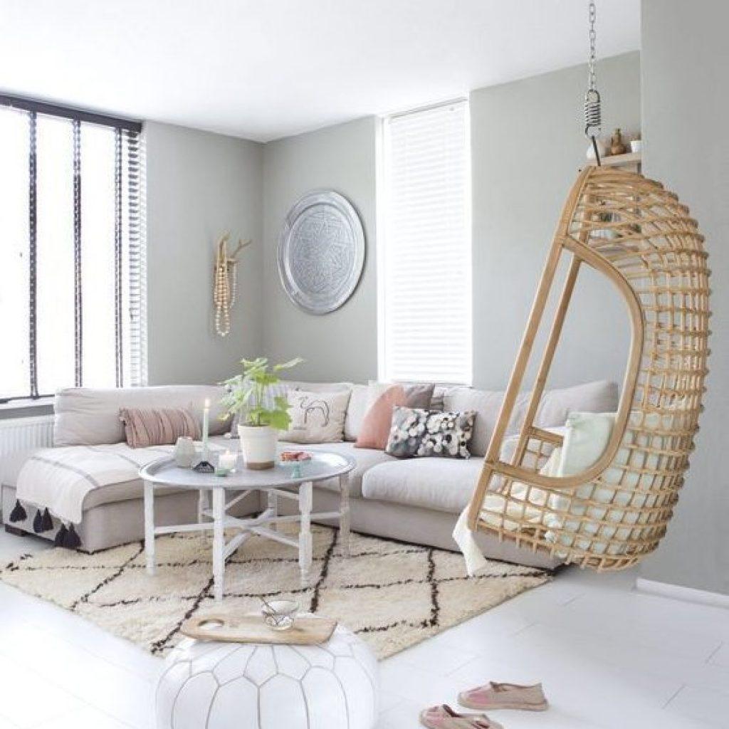 Rotan hangstoel in woonkamer