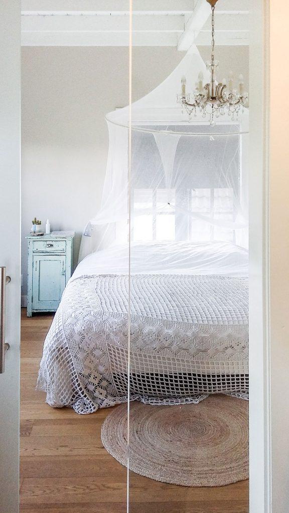 Badkamer en suite, doorkijkje naar slaapkamer