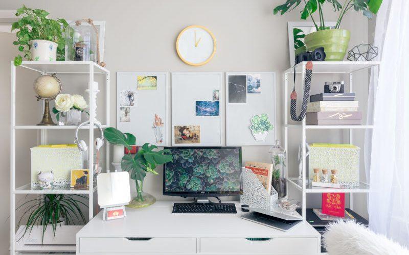 Thuiskantoor met persoonlijk ingericht bureau, planten, licht en duurzame materialen