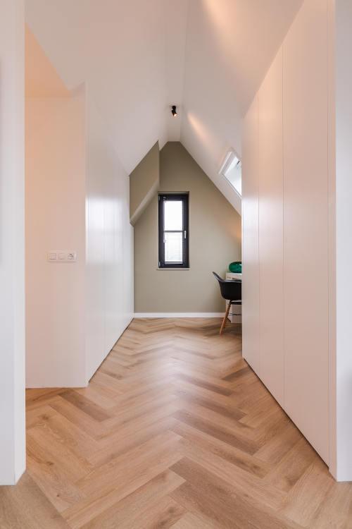 verbouwing, zolderkamer, maatwerkkasten, zichtlijnen, wit, groene muur, visgraatvloer