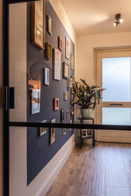 Interieurontwerp woonhuis, gang, stalen deur, blauwe muur, fotowand