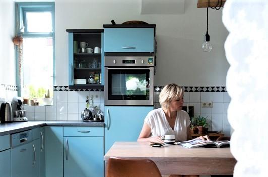 Duurzaam interieurontwerper Jantien Broere in haar keuken aan het werk