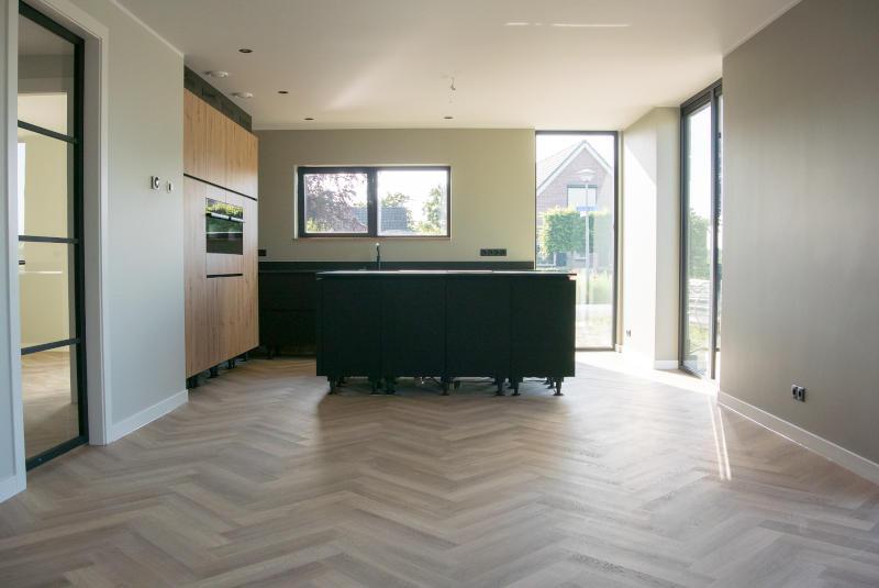 woonkeuken met visgraat vloer nieuwbouw Wehl Gelderland